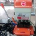 Stroj za narezivanje izradu ključeva bušenjem